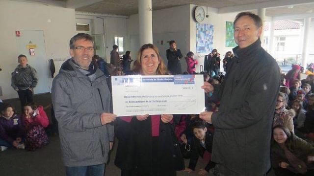 Philippe Rocher (à gauche) et Édith Daguise remettent le chèque à Marc Lamy.